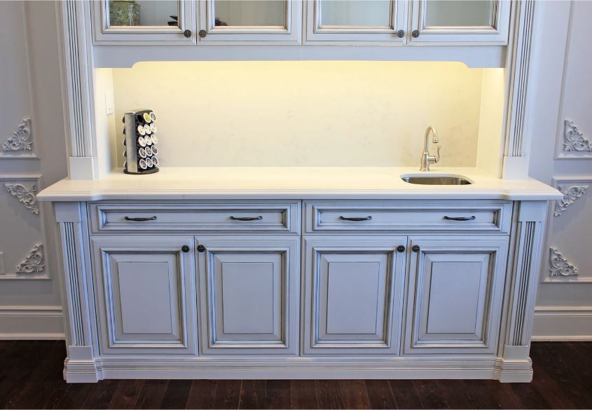 Classic maple glazed bar with quartz countertop